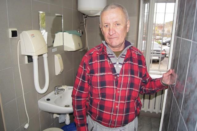 Zygmunt Przybylski w łazience obok tarnowskiego dworca bywa nawet kilka razy w tygodniu. W jego mieszkaniu brak jest wody i mężczyzna nie ma możliwości umycia się tam, ani zrobienia prania