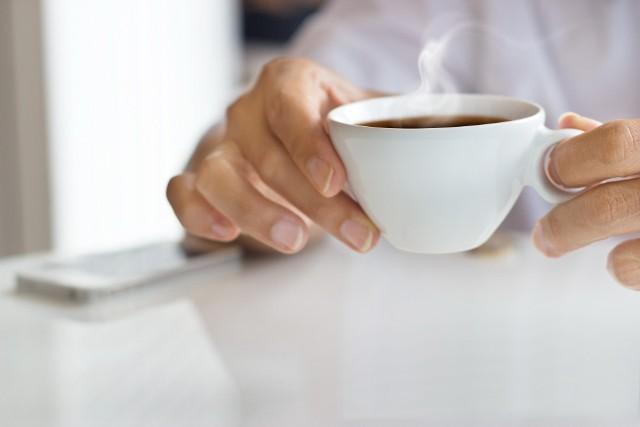 Najlepszym sposobem na walkę z upałem są napoje w temperaturze około 50 stopniSerce jako pompa ciepłaBy być zdrowym, jako organizmy stałocieplne musimy utrzymywać temperaturę ciała na mniej więcej tym samym poziomie. Jednym z mechanizmów pozwalającym ją zachować jest przyśpieszenie krążenia – tak, by poprawić wymianę termiczną z otoczeniem. W związku z tym, podczas upałów serce jest w stanie przepompować do komórek znajdujących się pod skórą nawet 23 razy więcej krwi niż zwykle, przekierowując do nich nawet 35 proc. całkowitej przechodzącej przez nie objętości. To dlatego czerwienimy się, gdy jest nam gorąco. I tu napotykamy pierwszą niespodziankę. Z teoretycznego punktu widzenia, wejście do zimnej, mającej około 20 stopni wody powoduje obkurczanie się naczyń krwionośnych, przynoszące efekt przeciwny do tego, czego potrzeba organizmowi, by wypromieniować ciepło. Ryzyko to nie powinno występować, gdy temperatura kąpieli jest bliższa tej, którą osiąga skóra – od 28 do 33 stopni. W polskich warunkach to jednak czasami czysto akademicka dyskusja. Gdy latem 3 lata temu Metro badało sprawę temperaturę zimnej wody w warszawskich kranach, okazało się, że niektórych dzielnicach sięga ona 33 stopni. – Nie ma przepisów regulujących minimalną temperatury wody w sieci, kranie i pod prysznicem. W zależności od czynników zewnętrznych, może wynosić ona nawet od kilkunastu do trzydziestu kilku stopni Celsjusza – mówi Katarzyna Choniawko, ekspert marki Aquaform. – Wytyczne Ministerstwa Infrastruktury i Rozwoju nakazują za to konieczność zapewnienia przez dostawcę możliwości uzyskania strumienia mającego 55–60 stopni Celsjusza – dodaje Katarzyna Choniawko. Choć gorąca woda rozszerza naczynia krwionośne, podczas upałów organizm dobrze radzi sobie z tym sam. Wystarczy więc, by strumień nie był zbyt zimny – w świetle przeprowadzonych w Warszawie pomiarów wydaje się, że o to nie trzeba się martwić.