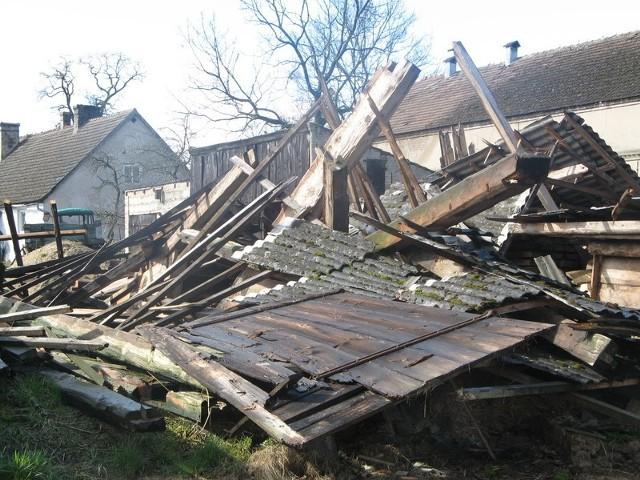 Odkąd stodoła się zawaliła, przy głównej drodze Kołczyna leży wielka sterta, wśród której nie brakuje materiałów z azbestu