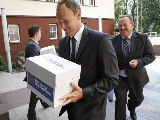 , szef podlaskiej PO, osobiście przyniósł w piatek do siedziby Okręgowej Komisji Wyborczej w Białymstoku listy z podpisami