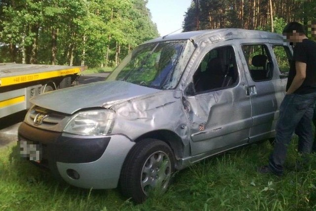 Rannego kierowcę pogotowie zabrało do szpitala.