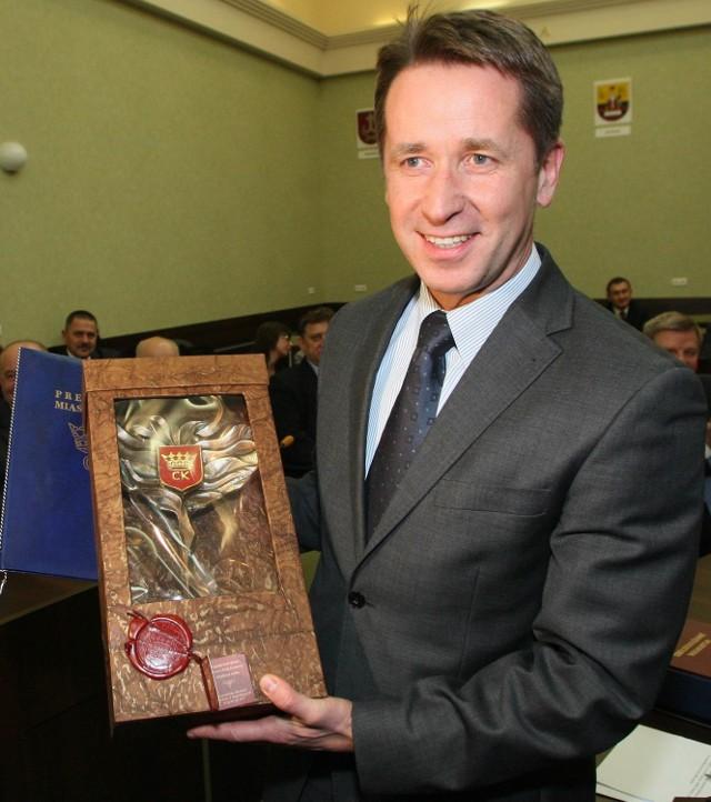 Prezes Echa Investment Piotr Gromniak otrzymał od prezydenta Kielc Wojciecha Lubawskiego pamiątkową statuetkę w podziękowaniu za to, że w Europie chwalą Galerię Echo, a miasto dzięki niej wygląda światowo.