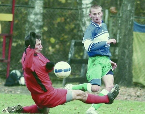 Piłkarze Promienia Mońki (czerwone stroje) w meczu z Mielnikiem zachowali więcej zimnej krwi i odnieśli zasłużone zwycięstwo