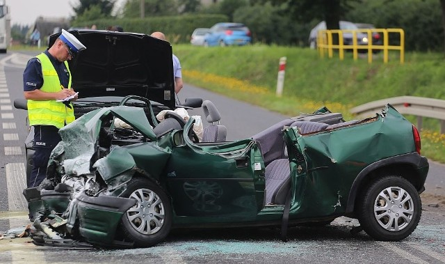 Trzy samochody osobowe zderzyły się przy stacji paliw w Nieżychowicach koło Chojnic. Siedem osób trafiło do szpitala.Winę za wypadek ponosi 42-letnia kierująca oplem corsą, która jadąc od strony Nieżychowic chciała skręcić w lewo na stację paliw. Kobieta nie ustąpiła pierwszeństwa kierującemu volkswagenem phaetonem. W wyniku zderzenia pięć osób z opla, w tym małe dziecko oraz dwie z volkswagena trafiły do szpitala. Opel w wyniku uderzenia z volkswagenem uderzył jeszcze w fiata punto. Jego kierowcy i pasażerce nic się nie stało.