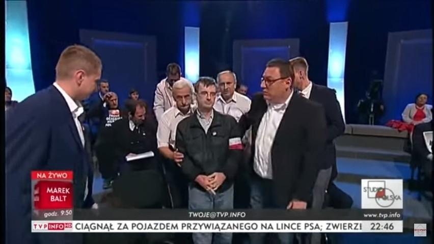Wybory samorządowe 2018: Awantura w studiu TVP z udziałem zwolennika Adama Słomki, który kopnął innego uczestnika programu