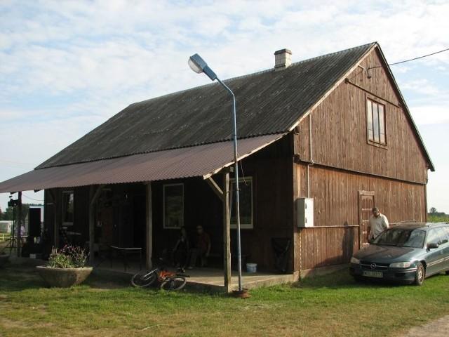 Izba-świetlica wymaga poważnego remontu, m. in. dachu.