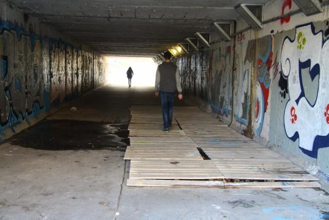 Przejście podziemne przy ul. Armii Krajowej na Czubach jest regularnie zalewane z powodu nieszczelnej izolacji