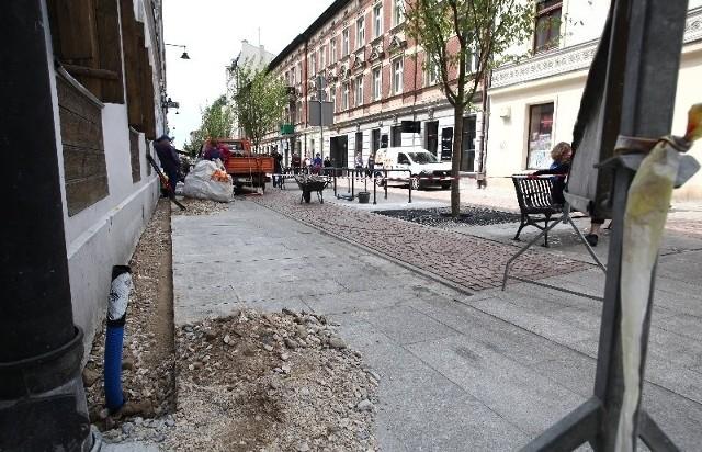 Poprawki na dopiero wyremontowanym odcinku ul. 6 Sierpnia wykonywano wczoraj tuż przy skrzyżowaniu z ul. Piotrkowską.