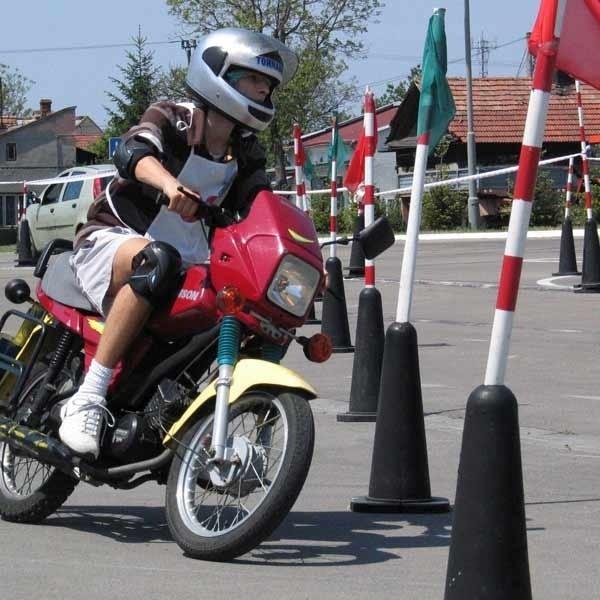 Trzeba mieć sporo wprawy, aby bez błędów pokonać motorowerem tor przeszkód.