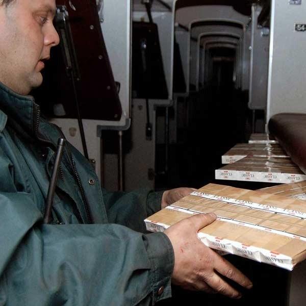 Poniedziałek, godz. 16.30. Celnicy opróżniają skrytki w pociągu relacji Czerniowce - Przemyśl.