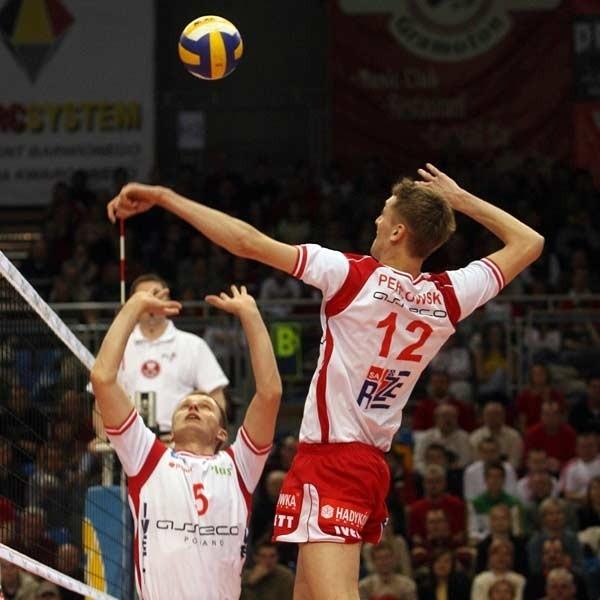 Kiedy Resovia grała szybko i pomysłowo, Gwardia nie miała szans. Na zdjęciu atakuje Łukasz Perłowski.