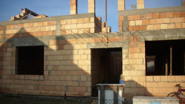 budowa domuBudowę domu jednorodzinnego, zgodnie z obowiązującym prawem, możemy rozpocząć dopiero po uzyskaniu wszelkich formalności.