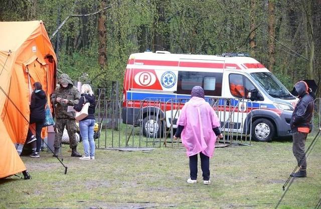 Pracownicy pogotowia ratunkowego, którzy w sobotę (1 maja) dowozili sprzęt do znajdującego się w Parku na Zdrowiu mobilnego punktu szczepień, zostali upomniani za wjazd na teren zieleńca samochodami. Wczoraj na portalu społecznościowym Wojewódzkiej Stacji Ratownictwa Medycznego pojawił się post opisujący incydent. Czytaj więcej na następnej stronie