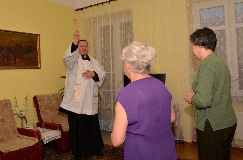 Osoby zapraszające księdza do domu powinny przygotować świece, kropidło i wodę święconą