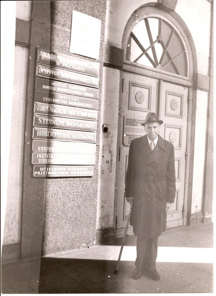 Prof. Zbigniew Zakrzewski przed brzed głównym budynkiem...