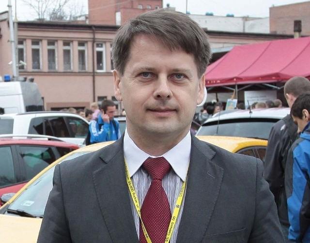 Wojciech Bernat, dyrektor Zespołu Szkół Samochodowych w Radomiu, z powodu braku podpisu pod jednym z dokumentów, nie został dopuszczony do konkursu.