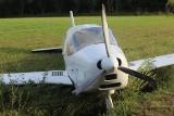 Pod Leskiem lecący nisko samolot kołem uderzył stojącego na ziemi mężczyznę. Obrażenia okazały się śmiertelne [ZDJĘCIA]