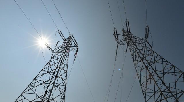 Coraz więcej firm i gospodarstw domowych wybiera innego sprzedawcę, by mniej płacić za prąd