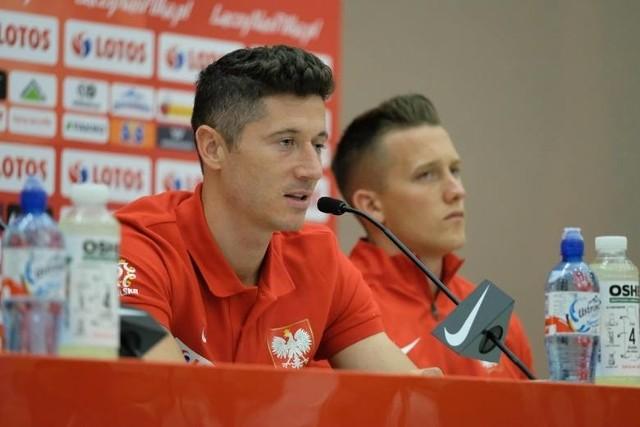 Robert Lewandowski na konferencji prasowej w trakcie zgrupowania w Arłamowie był wyluzowany. Piotr Zieliński jakby nieobecny.