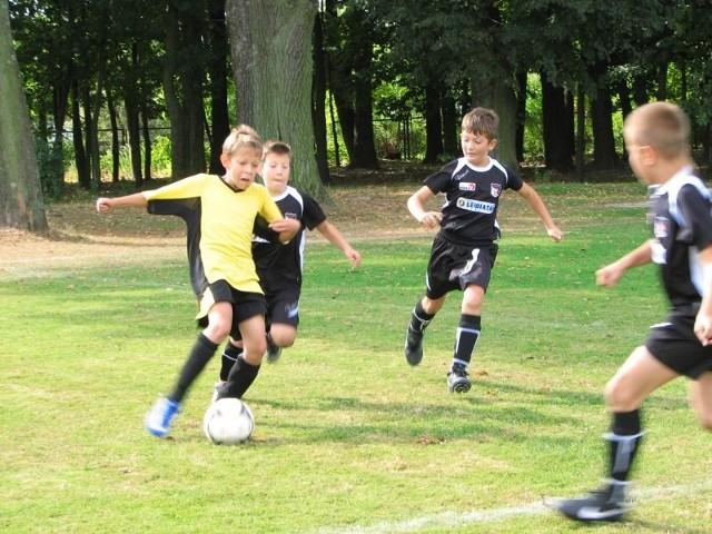 W najmłodszej kategorii piłkarskiej na Podlasiu bielski MOSiR osiąga świetne wyniki. Na zdjęciu: mecz bielszczan (żółte stroje) z Czarnymi Gródek (6:0).
