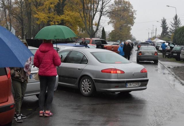 Sprawdź, jakie zmiany czekają kierowców przy cmentarzach w Inowrocławiu, w związku z nadchodzącym dniem 1. listopada.Jakie czekają nas zmiany? Czytaj na kolejnych slajdach --->