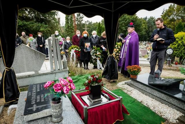 Rodzina, przyjaciele, znajomi oraz dawni współpracownicy pożegnali w czwartek (15 października) Grzegorza Hinza, człowieka całym sercem oddanego bydgoskiej oświacie. Pogrzeb odbył się na cmentarzu przy ul. Kaplicznej na bydgoskim Siernieczku.