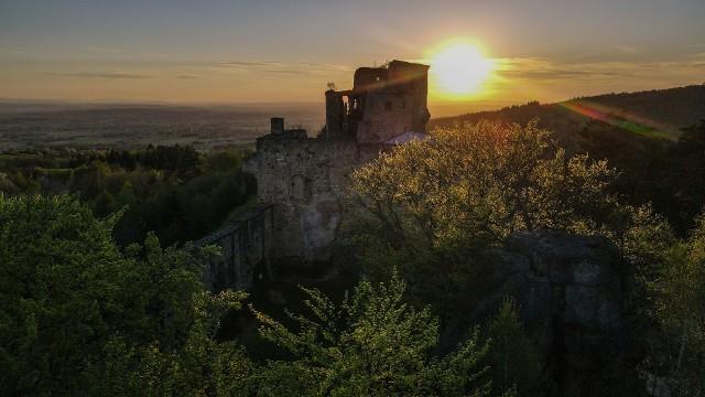 Przepiękny zachód słońca na zamku Kamieniec w Odrzykoniu.
