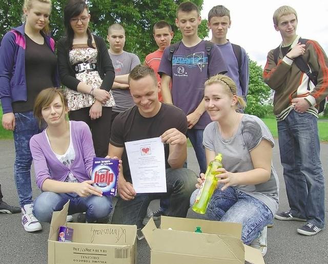 Wolontariusze z gimnazjum nr 1 w Bieniowie zaangażowali się w zbiórkę darów dla powodzian