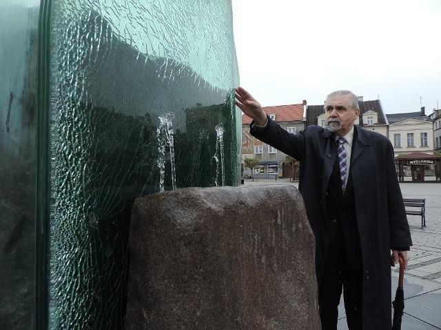 Andrzej Kieraj przy uszkodzonej fontannie.