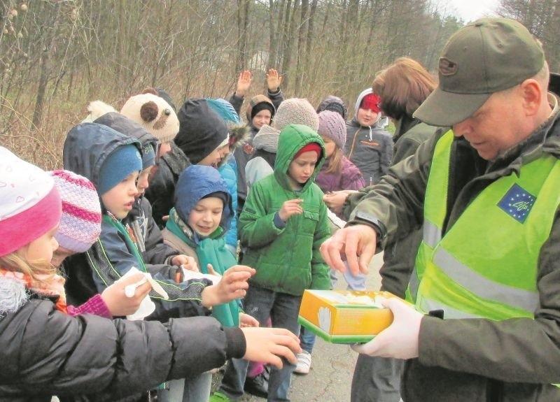 Leśniczy Jerzy Adamiuk rozdał dzieciom z Narewki rękawice ochronne, by bez obaw mogły przenieść ropuchy.