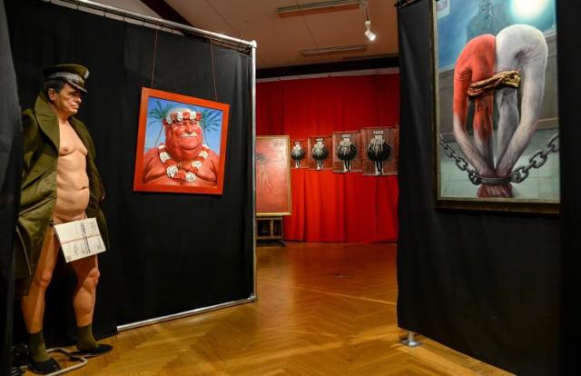 W tym obrazie nie oskarżam, tylko pokazuję, co moim zdaniem stało się dokumentami z teczki Lecha Wałęsy – mówi Krzysztof Grzondziel, malarz, rzeźbiarz, satyryk, autor wystawy Anatomia Terroru, wystawioną w Sali BHP Stoczni Gdańskiej przez Instytut Dziedzictwa Solidarności. W jednej z instalacji wystawy artysta zestawił rzeźbę Kiszczaka z teczką podpisaną TW Bolek i satyrycznym portretem Wałęsy.