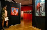 Polski malarz o TW Bolek na wystawie Anatomia Terroru w sali BHP. Krzysztof Grzondziel: Nie oskarżam. Niech widz sam oceni