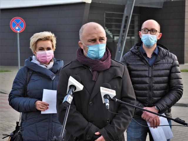 Na spotkaniu wypowiadali się koszalińscy radni z Klubu Koalicji Obywatelskiej, m.in. Barbara Grygorcewicz, Sebastian Tałaj i Jakub Kowalik