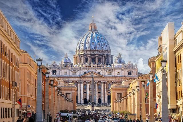 Najmniejsze państwo świata – Stolica Apostolska – ma w posiadaniu 5171 nieruchomości. 4051 z nich znajduje się we Włoszech, z czego 92 proc. w Rzymie i jego najbliższej okolicy (Watykan w całości leży na terenie Rzymu). Z kolei 1120 nieruchomości Watykanu znajduje się poza granicami Włoch. Są to m.in. budynki w prestiżowych lokalizacjach w największych europejskich stolicach, ale nie tylko.Przejdź do kolejnych zdjęć, używając strzałki w prawo lub przycisku NASTĘPNE.