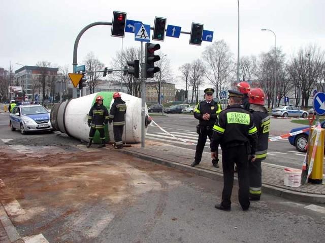 Gruszka spadła z betoniarki na pas dzielący jezdnie