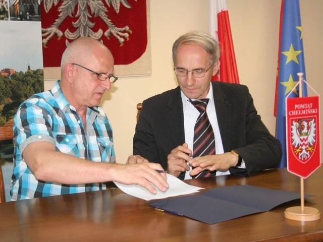 Starosta Wojciech Bińczyk (z lewej) podkreśla, że tereny inwestycyjne przy obwodnicy należą do mieszkańców m.in. gminy Kijewo Królewskie. Wójt Mieczysław Misiaszek (z prawej) może pomóc w dotarciu do tych osób