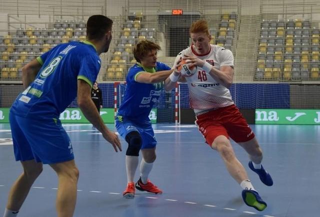 W czwartek w Opolu Polska pokonała Słowenię. Na zdjęciu z piłką Tomasz Gębala.