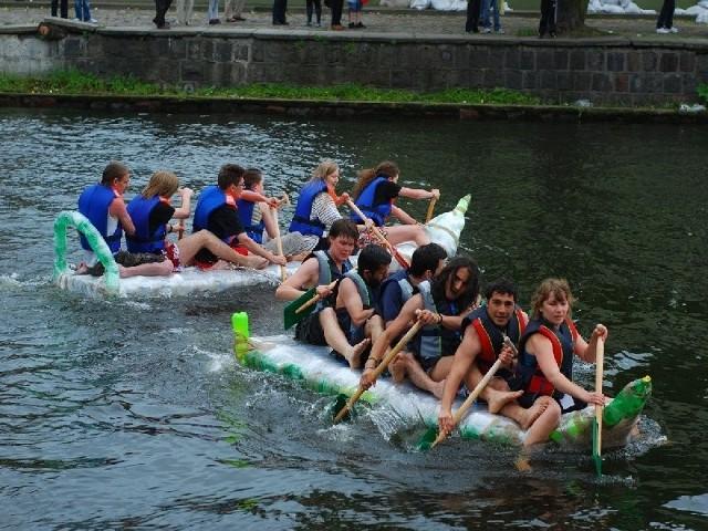 To wyścig butelkowy z 2010 roku. Na pierwszym planie załoga Erasmusa.
