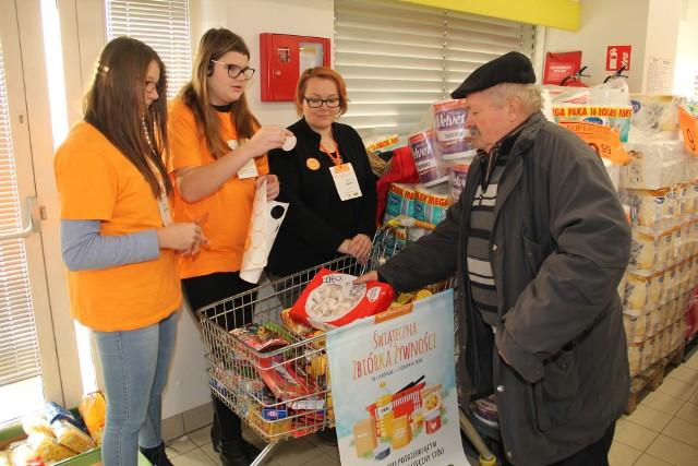 Klienci chętnie wrzucali do koszyka dary dla bezdomnych.