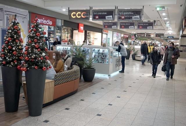Markety Kaufland w Wigilię będą otwarte od godz. 7 do 13,w pierwszy i drugi dzień świąt nie będą działały.W Wigilię wszystkie łódzkie hipermarkety Carrefour (również i ten przy al. Bandurskiego), a także supermarkety Carrefour będą otwarte w godzinach 6.30-13.W Tesco w Wigilię Bożego Narodzenia klienci będą mogli zrobić zakupy do godz. 13. W dniach 25, 26 i 27 grudnia sklepy będą nieczynne.