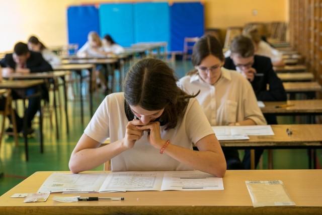 Egzamin gimnazjalny 2018. Uczniowie napisali już egzamin z języków obcych na poziomie rozszerzonym. Przedstawiamy odpowiedzi oraz arkusze z dzisiejszego egzaminu z języka niemieckiego.Odpowiedzi do zadań na kolejnych slajdach. Uwaga! Podane odpowiedzi są sugerowane ----->Egzamin gimnazjalny 2018 - jak przygotować się w ostatnich dniachPartner serwisu:Sokrates international Schools