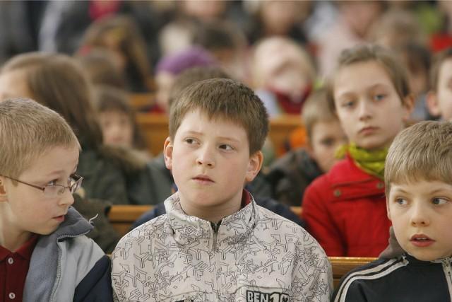 Nauczyciele nie kryją oburzenia i alarmują, że najmłodsze dzieci a także ich rodzice są wypytywani o sytuację rodzinną, materialną a także o kwestie religii i wiary. Związek Nauczycielstwa Polskiego żąda wyjaśnień.