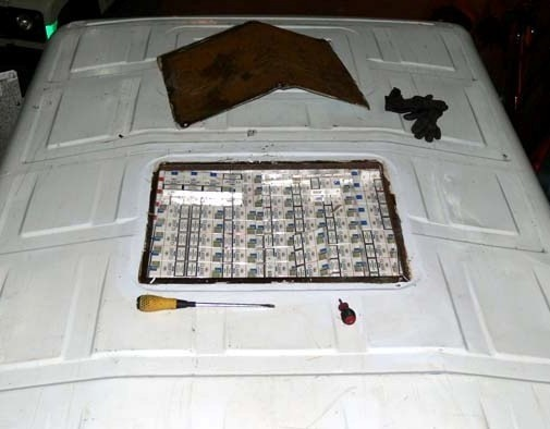 W dachu auto było prawie 9 tysięcy paczek papierosów.