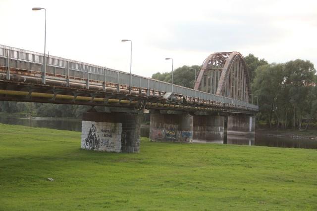 Kładka na moście kolejowym jest nieczynna od 2012 r. Nadal nie wiadomo kiedy mieszkańcy Gorzowa skorzystają z tego przejścia na drugą stronę Warty.