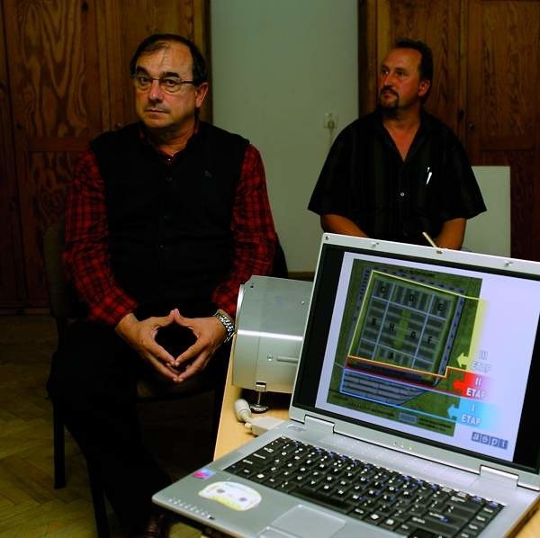 Saturnino Martin Chicote (z lewej), prezes spółki Inver - Pol przedstawił pomysł budowy terminalu władzom i radnym gminy.