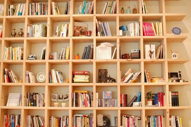 Regały i półki z książkami mogą być ozdobą same w sobie. Trzeba jednak o książki należycie dbać, a niestety wycieranie z nich kurzu raczej do przyjemności nie należy.