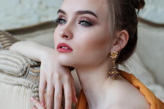 Modne makijaże na sezon zima 2020/2021. Zobacz najnowsze trendy