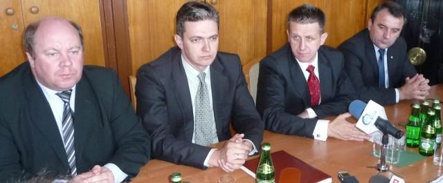 """Po spotkaniu w siedzibie redakcji """"Echa Dnia"""" wiceminister Jan Bury (w środku) wziął udział w konferencji prasowej."""