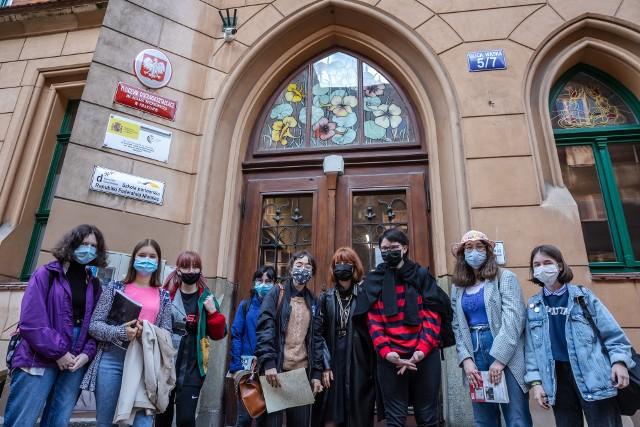 Poniedziałkowy poranek przed VI LO w Krakowie. Wszyscy uczniowie są znowu razem w szkole, po raz pierwszy od połowy października