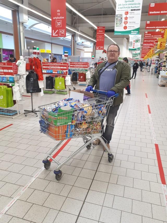 Piotr Olszowski z zakupami do paczek dla dzieci
